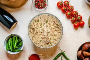 Párolt barna rizs tányéron
