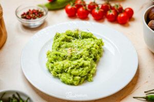 Brokkoli püré tányéron