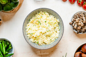 Tojásos rizs tányéron