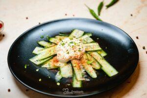 Uborkasaláta tányéron