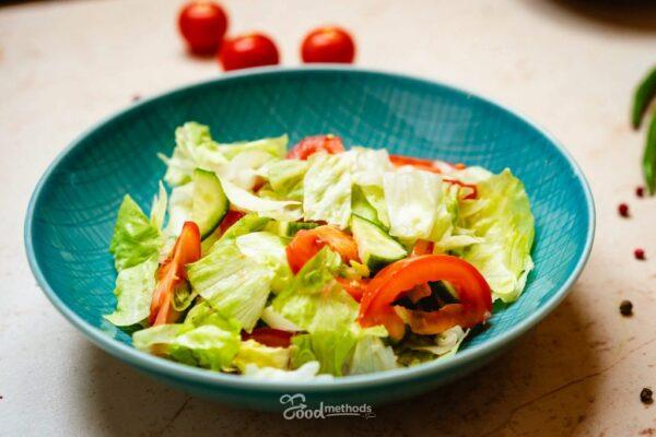 Vegyes saláta tányéron