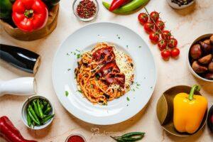 Padlizsános-pármais tészta tányéron