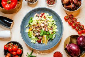 Tenger gyümölcse saláta tányéron