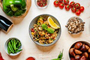 Bulgur saláta tányérban