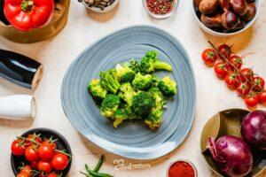 Párolt Brokkoli tányéron