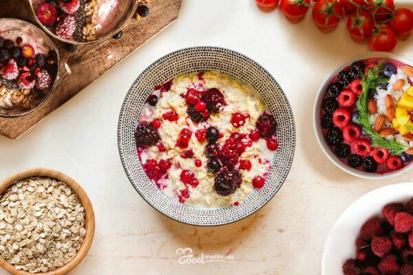 Proteines gyümölcsös zabkása tányéron